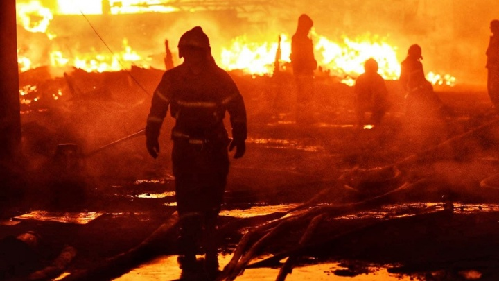 «Воды нет, срочно давление поднимите!» 30 жутких кадров с мощного пожара в Екатеринбурге
