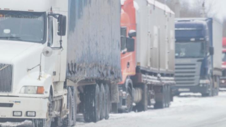 В Дзержинском районе Волгограда выстроился «паровоз» из трех фур