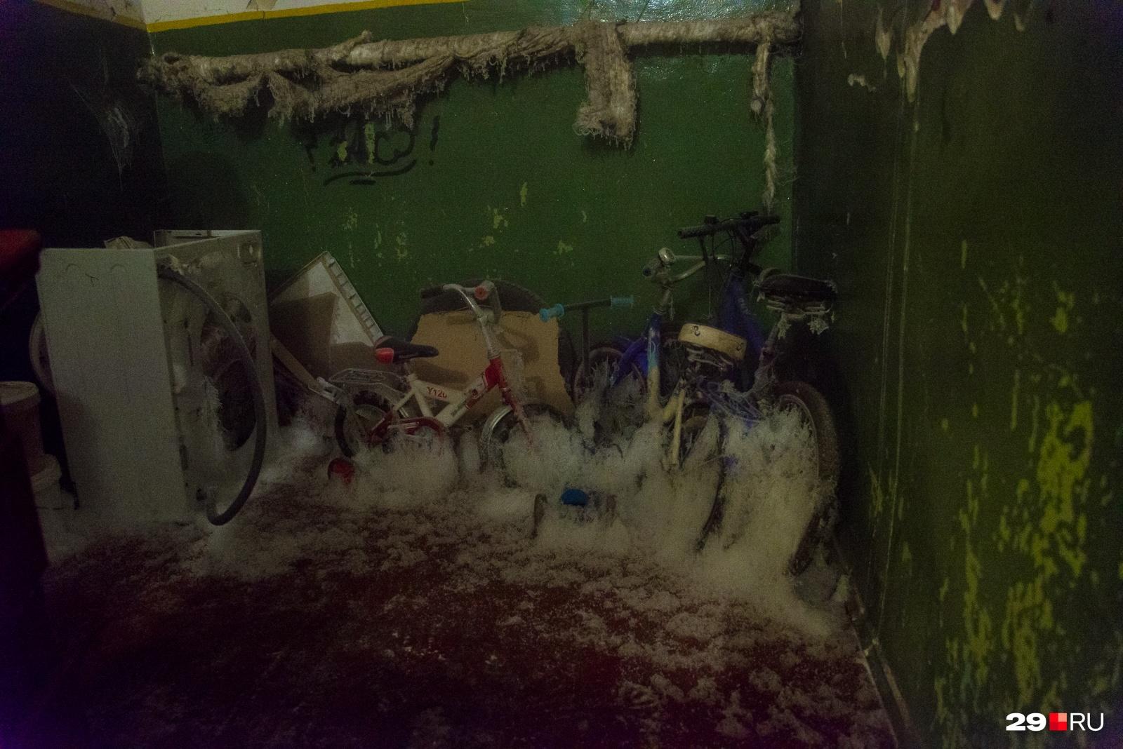Морозной ватой покрыты крошечные велосипеды и самокаты