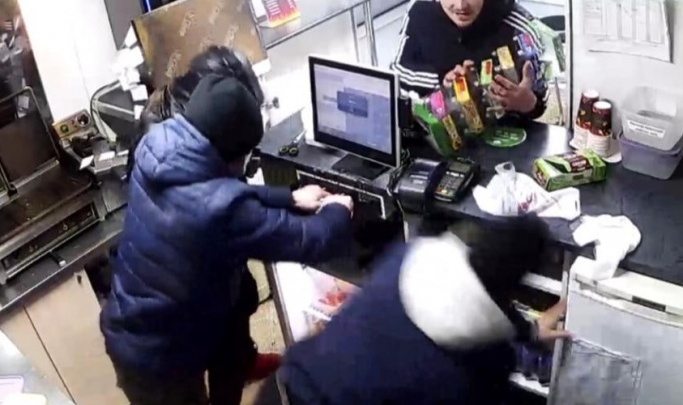 Избиение продавца Mgrill: накануне нападавшие просили у него воды. Странный разговор попал на видео