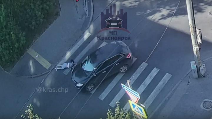 На Ленина водитель кроссовера сбил девушку в центре и увез с собой