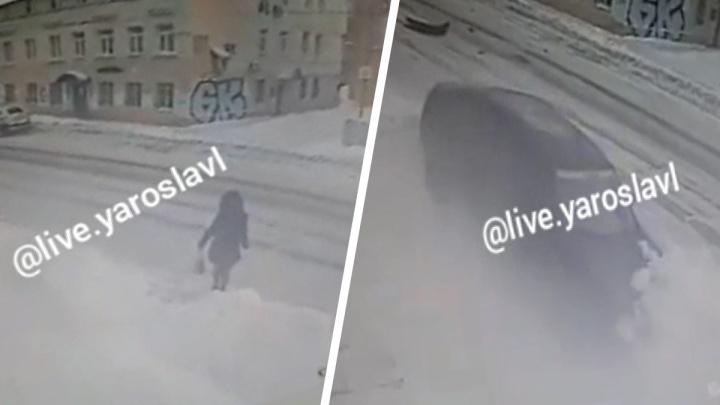 В Ярославле девушка перешла дорогу за несколько секунд до того, как на это место выбросило неуправляемый автомобиль. Видео