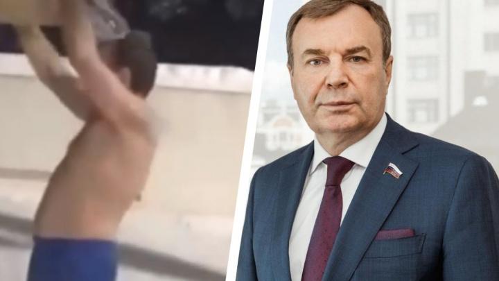 «Одна из моих любимых традиций»: депутат Госдумы из Красноярска в 60 обливается на улице холодной водой