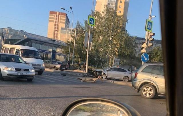 На Московской водитель влетел в светофор. Улица встала в пробку