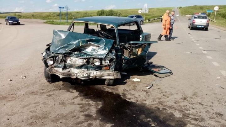 Два ВАЗа столкнулись на трассе под Ужуром: один погиб, семь человек в больнице