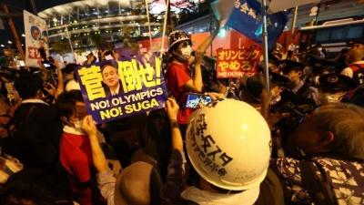 "Японцы протестуют у стен стадиона, <nobr class=""_"">а внутри —</nobr> церемония. Следим за открытием Олимпиады в режиме онлайн"