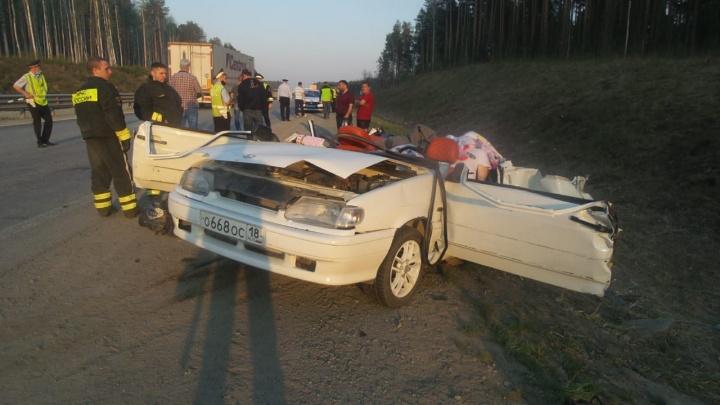 Девочку пытались откачать: в автокатастрофе на ЕКАД погибли трое взрослых и ребенок