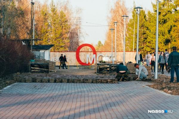 Рабочие уже взялись за дело и перекладывают тротуарную плитку