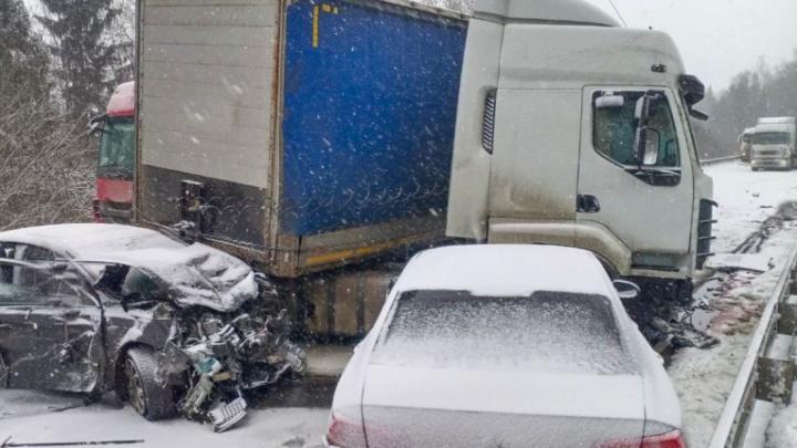 Есть погибшие: в Ярославской области на трассе столкнулись четыре фуры и несколько легковушек