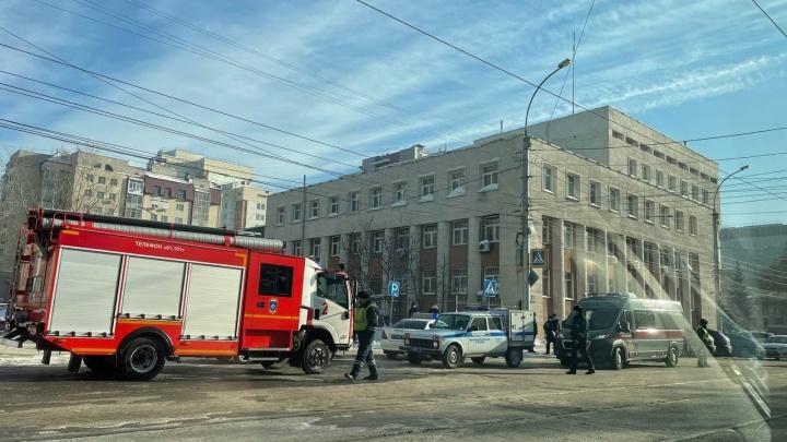 К зданию полиции в центре Новосибирска приехала машина разминирования. Что там произошло?