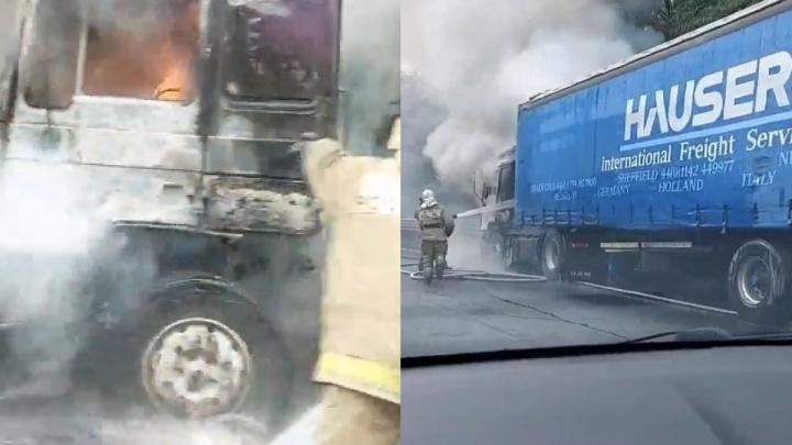 Пламя обволокло кабину: на трассе в Самарской области сгорела фура