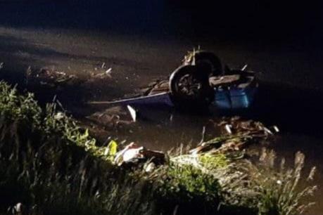 Автомобиль вылетел в озеро и перевернулся