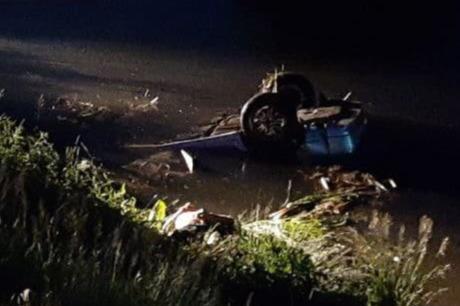 В Ревде автомобиль вылетел в озеро: машина перевернулась колесами вверх
