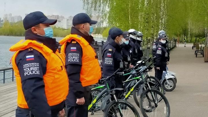 В Красноярске открыла сезон туристическая полиция на велосипедах и трициклах