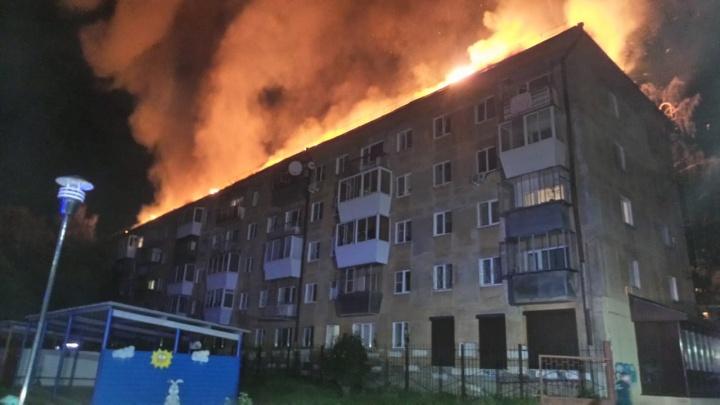 «Мы бы задохнулись всем подъездом»: жительница дома на Мичурина — о тех, кто спасал людей из пожара