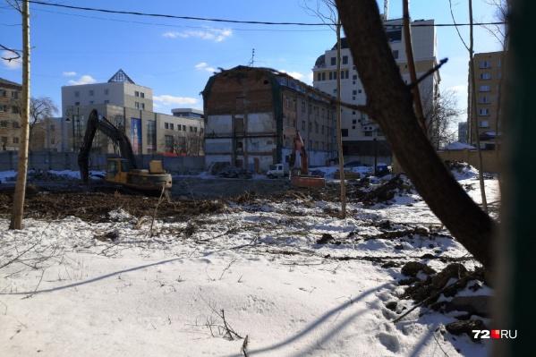 На площадке уже ведутся какие-то работы, которые мешают жить тюменцам