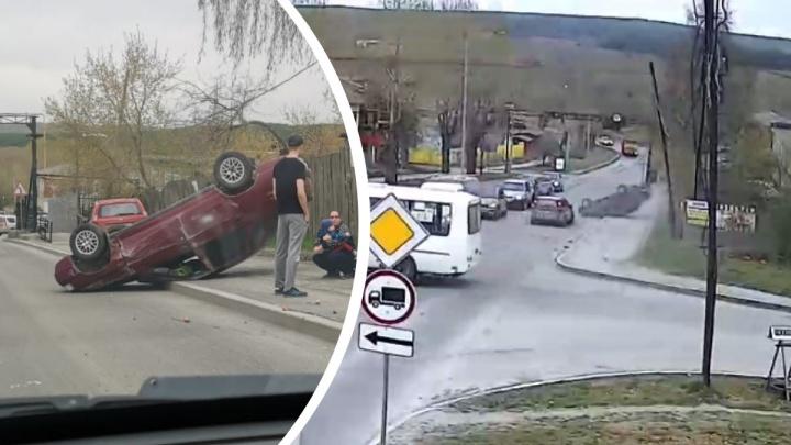 В Первоуральске после аварии ВАЗ вылетел на тротуар и перевернулся: видео