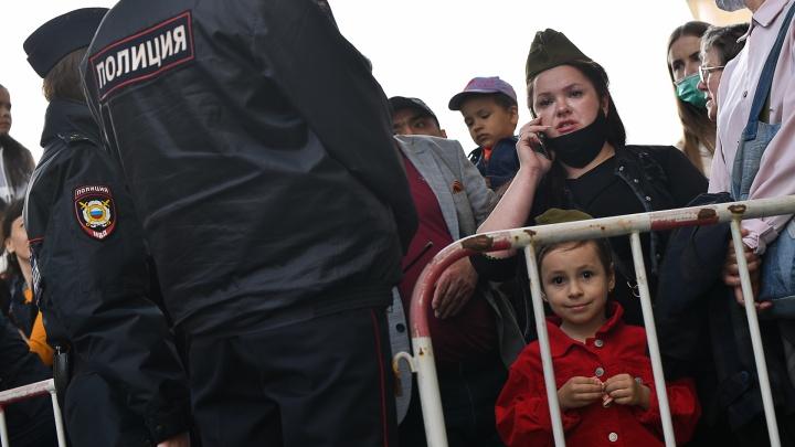 «Скажите, для кого парад?»: гневная колонка фотографа, который решил посмотреть шествие вместе с городом