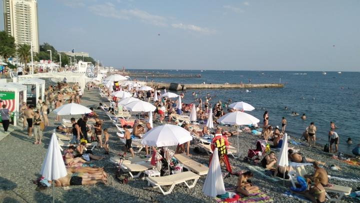 «Туристов много и на пляжах, и в горах». Уралец рассказал, как в Сочи переживают непогоду и коронавирус