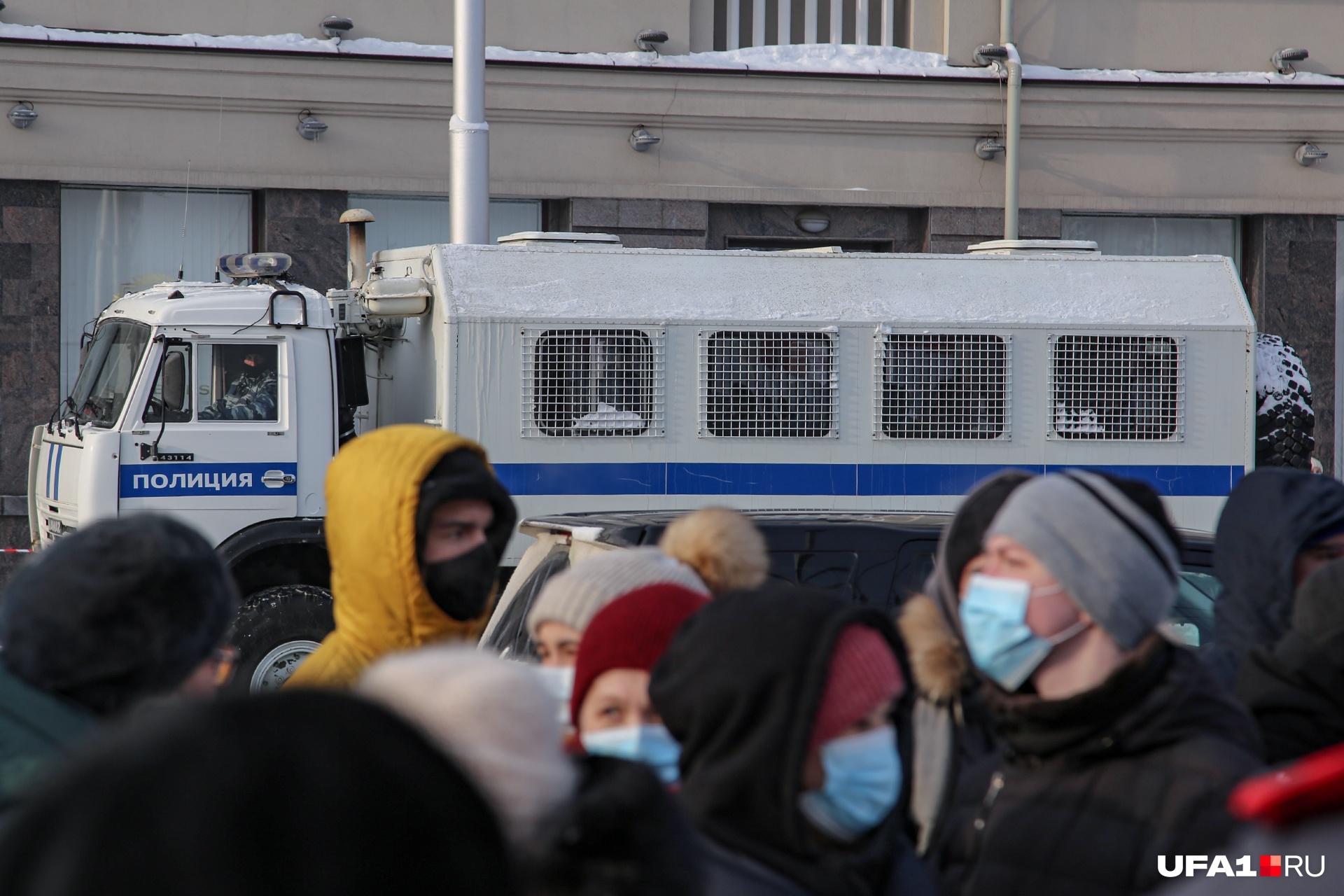 Как рассказали наши журналисты, автозаки прибыли к старту шествия загодя