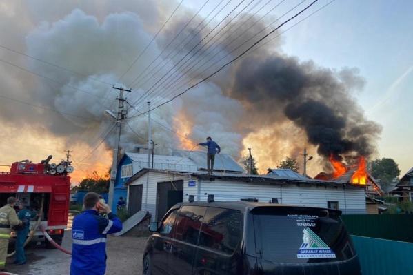 Пожар начался ночью на улице Чкалова