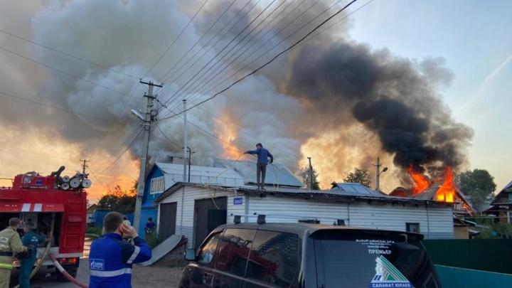 Пожар в Уфе: ночью загорелся частный сектор, его тушили 43 спасателя