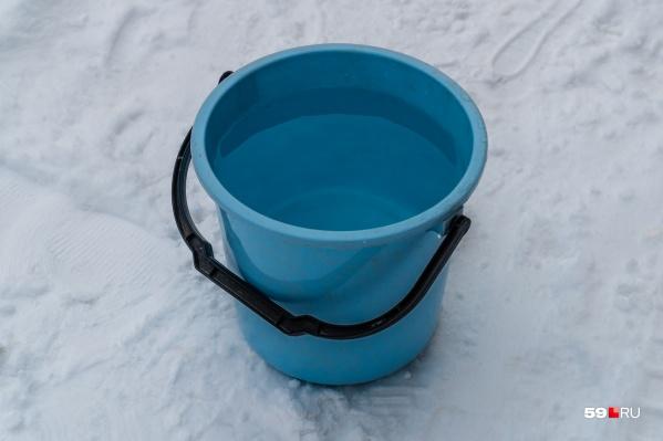 Сейчас жители дома могут набрать воду в ведра из автоцистерны. Ее можно вызвать по телефону