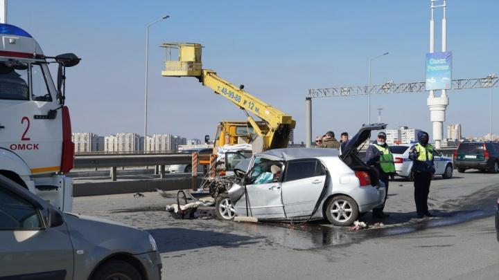 В Минздраве рассказали о пострадавших в аварии с подъемником на метромосту Омска
