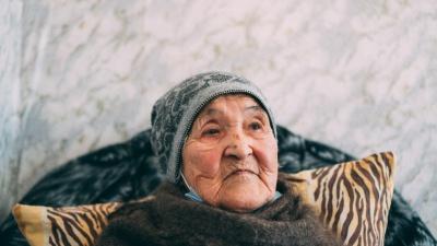«Мама ему всё простила»: история 97-летней женщины, которую сын запер в квартире на шесть дней