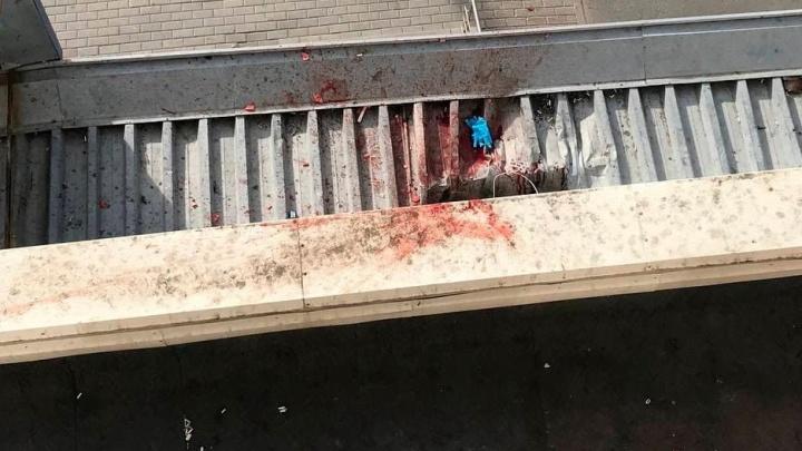 В квартире высотки на Газовиков нашли изрезанную женщину