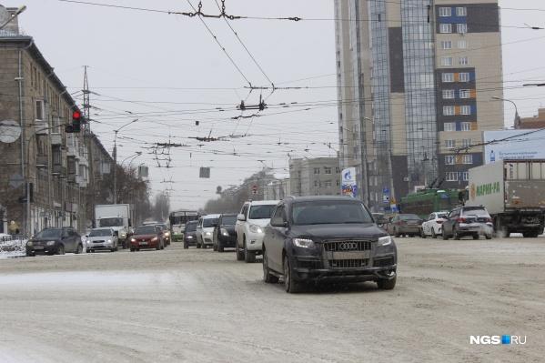 Машины едут по проспекту Дзержинского в сторону центра