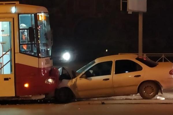 Водитель не справился с управлением и врезался в трамвай