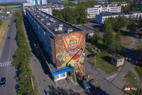 Скоро на торце пятиэтажного дома появится мурал под названием «Сказки мира»