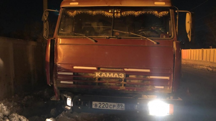Ночью сбитый КАМАЗом столб упал на дорожного рабочего