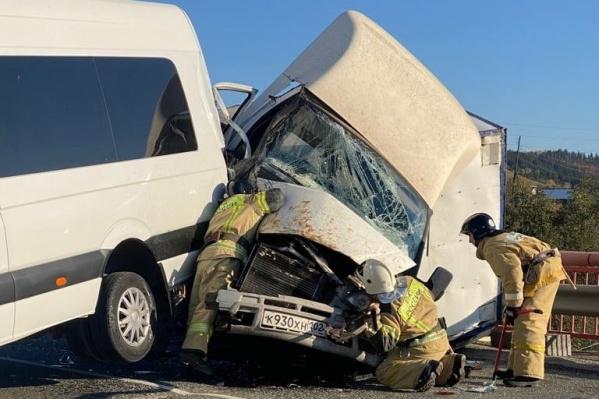 Вызволять водителя и пассажира «Газели» пришлось сотрудникам МЧС