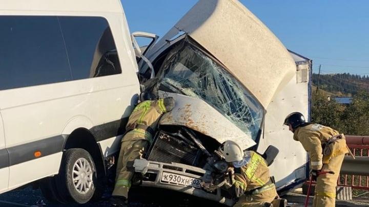 На трассе М-5 в Челябинской области «Газель» на большой скорости протаранила стоявший на дороге микроавтобус