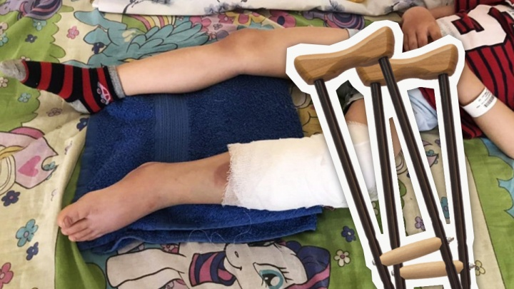 Пятилетний мальчик после наезда самокатчика в Парке Гагарина ходит на костылях и ждет очередной операции