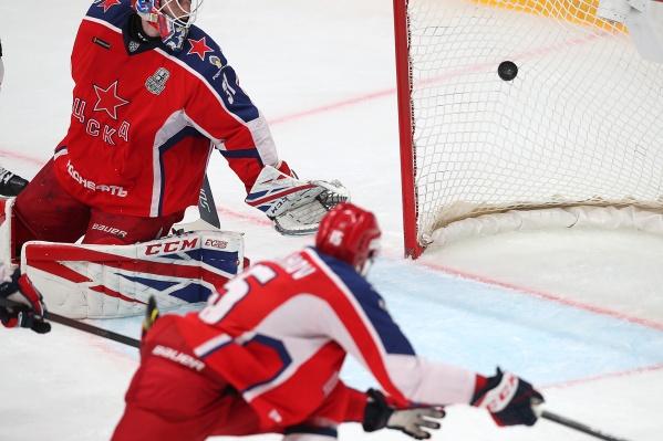 Ларс Юханссон с ужасом смотрит на шайбу в воротах — такой быстрой реализации большинства он еще не видел