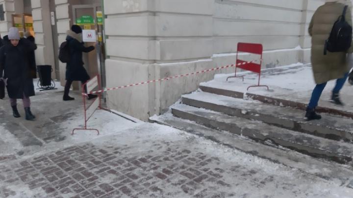 После публикации НГС напротив мэрии огородили участок у метро, где падали люди