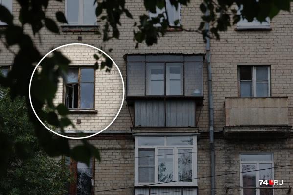 Девочка могла упасть из этого окна на четвертом этаже