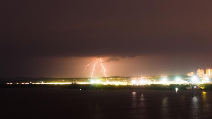 «Разряд передался по мокрому полу»: очевидица — о том, как на Балтыме ударом молнии убило двух человек