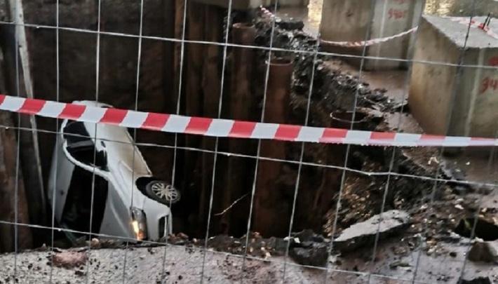 В Мотовилихе на дно строительной ямы упала легковушка
