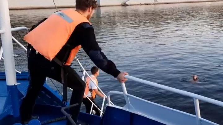 В Перми экипаж прогулочного теплохода спас девушку, упавшую с Коммунального моста. Видео