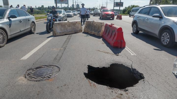 «Лопнуло лобовое стекло и пробита шина»: в Волгограде автомобиль рухнул в провал посреди проспекта Ленина