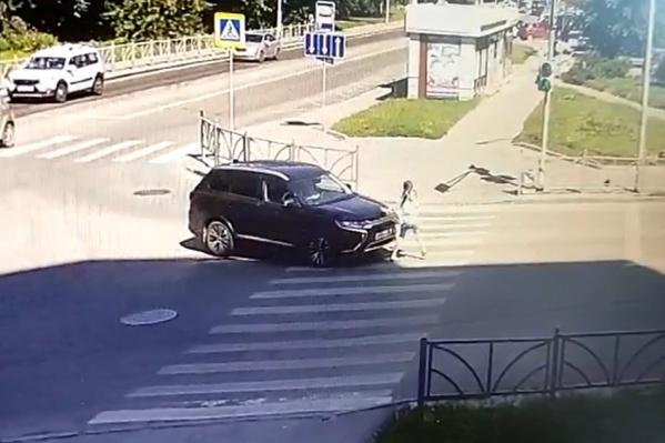 Водитель заявил, что не заметил девушку на зебре
