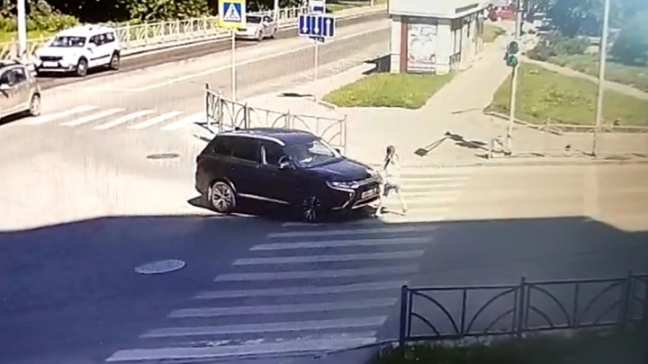 В Екатеринбурге водитель Mitsubishi снес девушку, которая шла на зеленый свет: видео