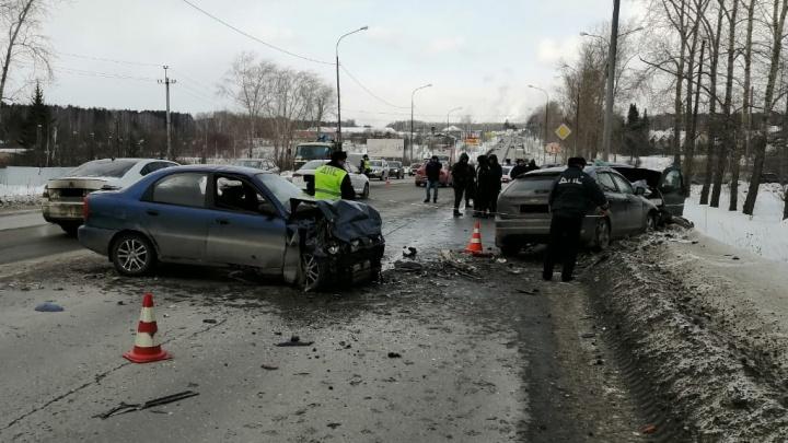 На свердловской трассе в массовом ДТП один человек погиб, еще пятеро пострадали