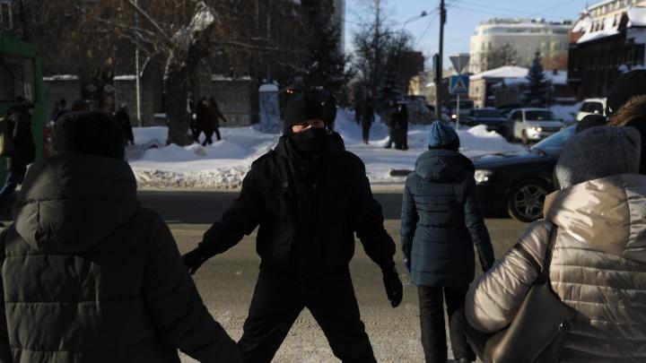 Три часа обходили силовиков: 26 кадров из Новосибирска с неразрешенной акции, на которую вышли толпы