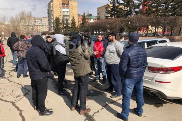 По информации телеканала «Прима», на площади собирались сотрудники разных сервисов: «Максим», «Ситимобил», «Яндекс.Такси» и Uber