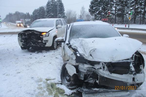 Обе машины разбились от удара